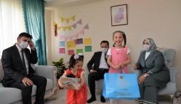 VALİ'DEN KORUYUCU AİLEYE ZİYARET